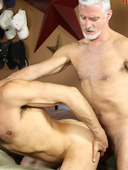 Bald guy recieve his asshole for silver mature gay
