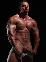 Muscled dude Xavier naked