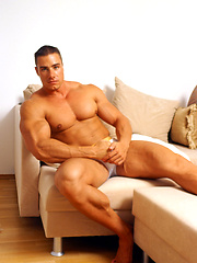 Young sexy bodybuilder Attilla soo session