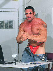 Superhung muscle dude love to show his naked body