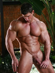 Nude bodybuilder jungle jacking session
